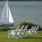 Envirowood Adirondack Chairs, blanco, en el jardín de un hotel