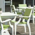 SYM muebles comedor fabricados de poly-madera, disponibles en 18 colores, en la terraza de un hotel