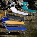 Tumbonas de aluminio con toldo, anodizado, telas disponibles en varios colores, en un beach club