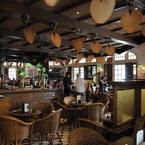 Punkah ventilador de techo de estílo tropical-colonial, acabdo latón antiguo con aspas de hoja de palmera, Raffles Hotel Singapur